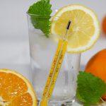 vaso con limón y naranjas a baja temperatura